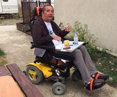 Atteint de sclérose en plaques, il entame une grève de la faim pour obtenir un traitement à base de cannabis