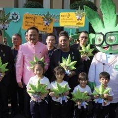 Le premier ministre thaïlandais vape du cannabis médical pendant un point presse
